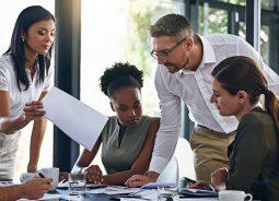 No ambiente de trabalho, pesquisa aponta que os brasileiros são os mais engajados da AL