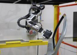 Robô Snake promete aumentar produtividade da indústria automotiva