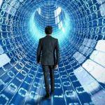 executivo caminha em túnel rodeados de números binários