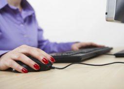 Programa de trabalho remoto nacional tem 10 mil bolsas de estudos gratuitas na área de tecnologia para mulheres