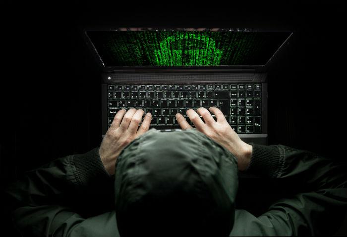 hacker em frente ao notebook