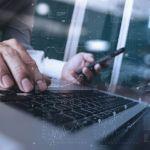 executivo digitando e consultando dados
