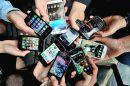 mãos com celulares distintos