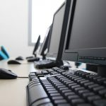 computadores desktops em uma mesa