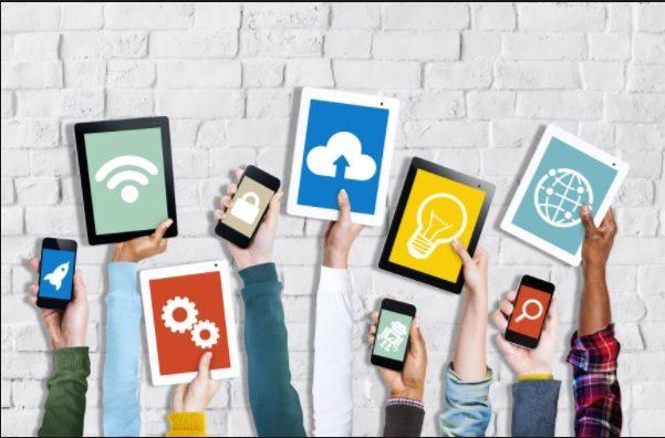 mãos mostram celulares e tablets