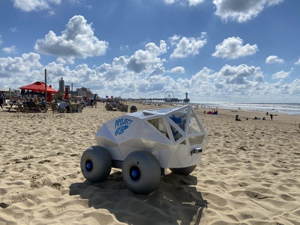 Robô autônomo caça bituca de cigarro na praia